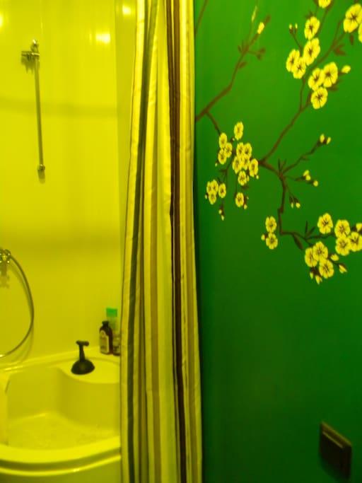 Роспись на стене в душевой комнате