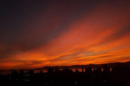 Quarto para meninas: com um lindo nascer do sol.