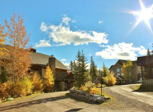 Spacious condo with private hot tub, kitchen, access to pool & BBQ, 5min walk to ski lifts: T621 - Timberline Lodges - 621 Juniper