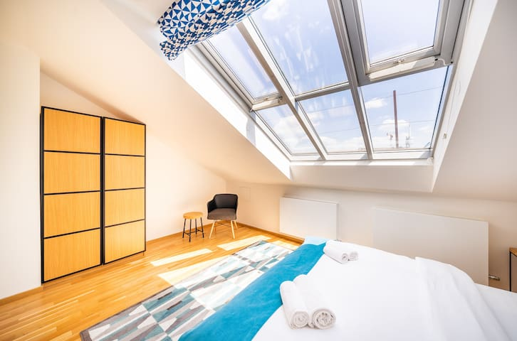 In this bedroom you can fully enjoy the sunroof.