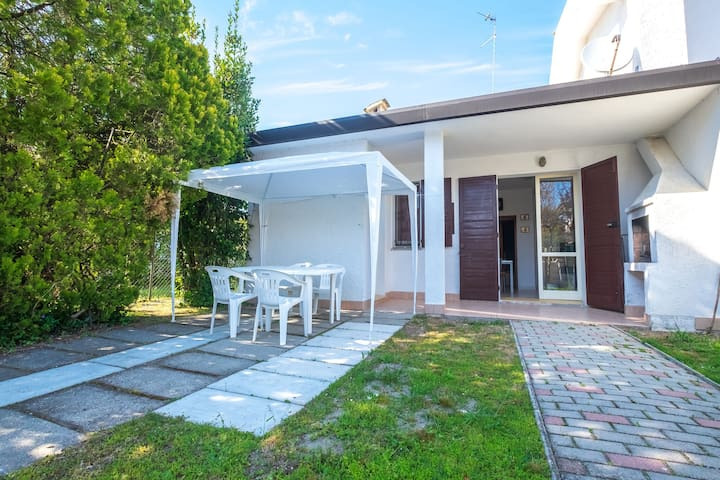 Three-room house, near the beach, private garden and parking space.
