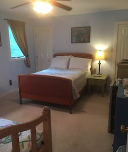 Patrick Henry Room-3 Beds & private Bath