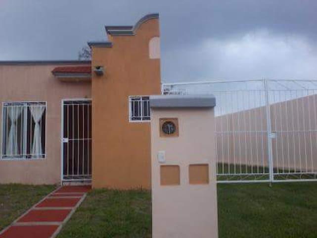 Casa amueblada acondicionada y terreno excedente
