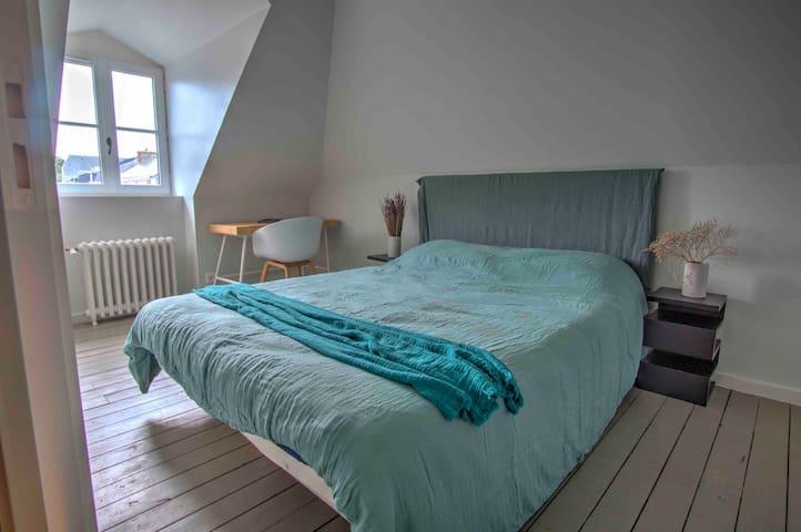 Petite chambre sous les rampants du deuxième étage, avec vue sur les toits de Dinard et le marché