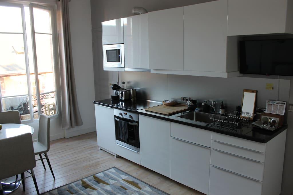 Côté cuisine : équipement neuf et télévision télescopique.