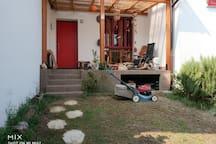 Il terrazzo coperto che affaccia sul giardino