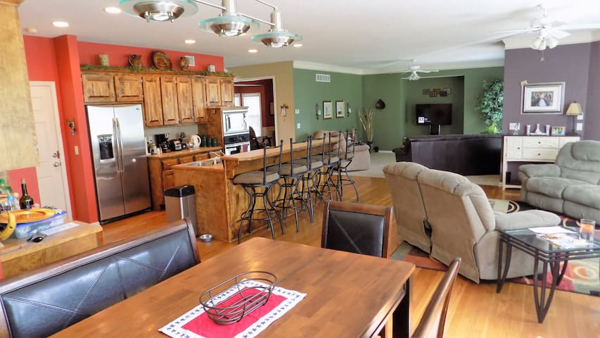 Comfy home ajacent to a park & walking trails. - Lenexa - House