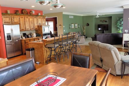 Comfy home ajacent to a park & walking trails. - Lenexa