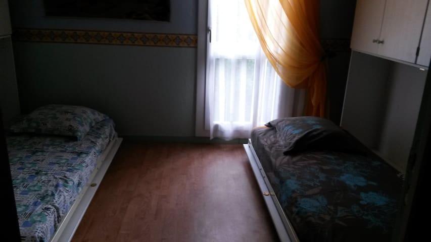 chambre d'amis, 2 lits de 90x180 - Us - 一軒家