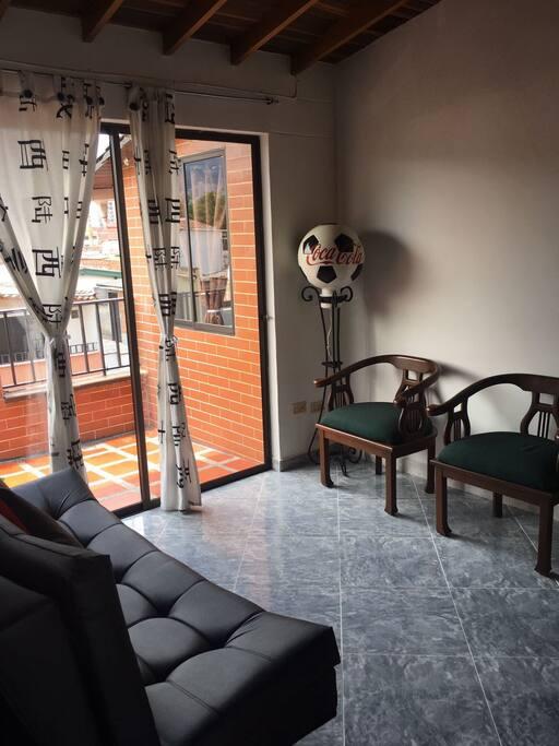 Zonas comunes , sala con acceso a un agradable balcón