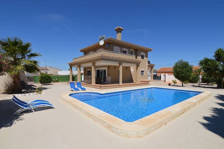 Magnificent villa for large families in San Fulgencio
