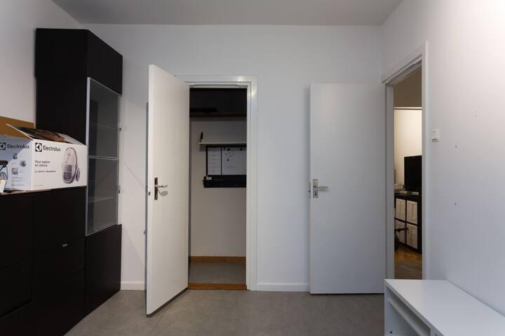 Entren på höger sida av rummet. Garderob i mitten.