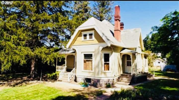 Queen Anne Style Home, 1890
