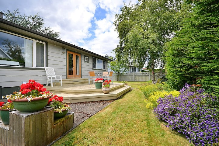 Cozy Sidney 2 Bedroom One Level Cottage Close to Beaches and Town Centre