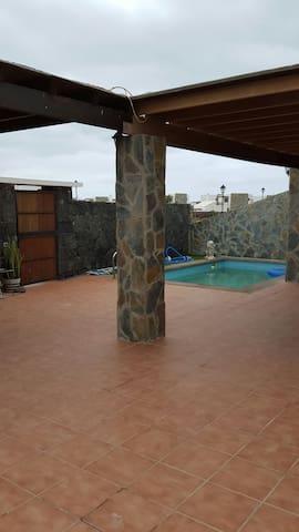 terraza y zona común. piscina