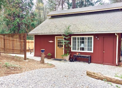 Private Wooded Cottage, 1.5 Miles to Downtown - Nevada City - 宾馆