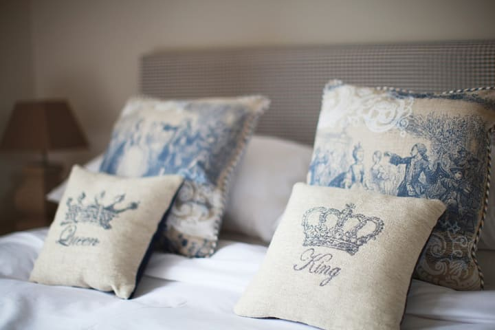 Brindleys Boutique B&B Executive King Room 1 with en-suite and free parking & breakfast included. Brindleys is just a 6 minute walk from Bath city centre