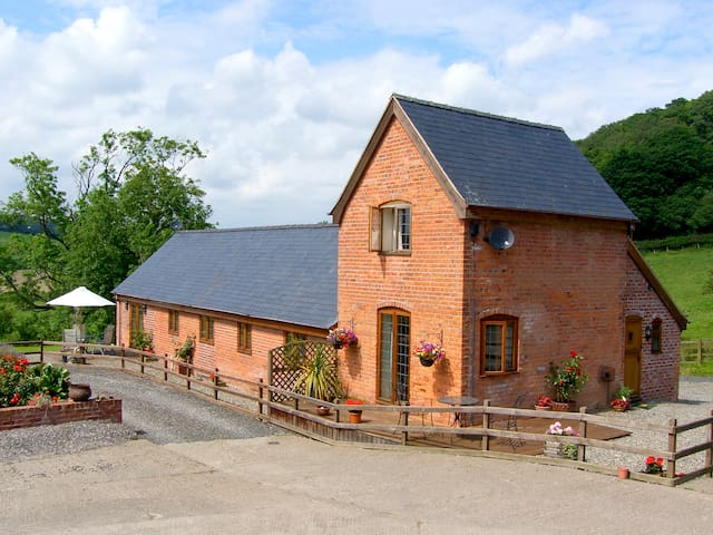 TALOG BARN, pet friendly, with a garden in Tregynon, Ref 977065