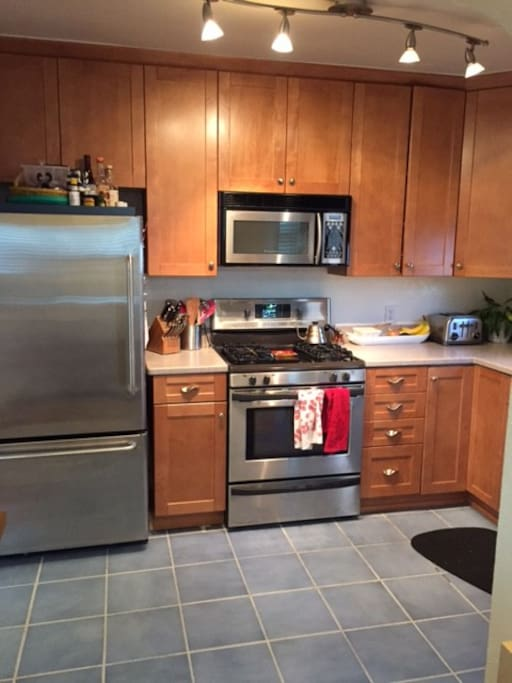 Full kitchen with all the necessities for cooking and living comfortably (microwave, toaster, dishwasher, oven, fridge).