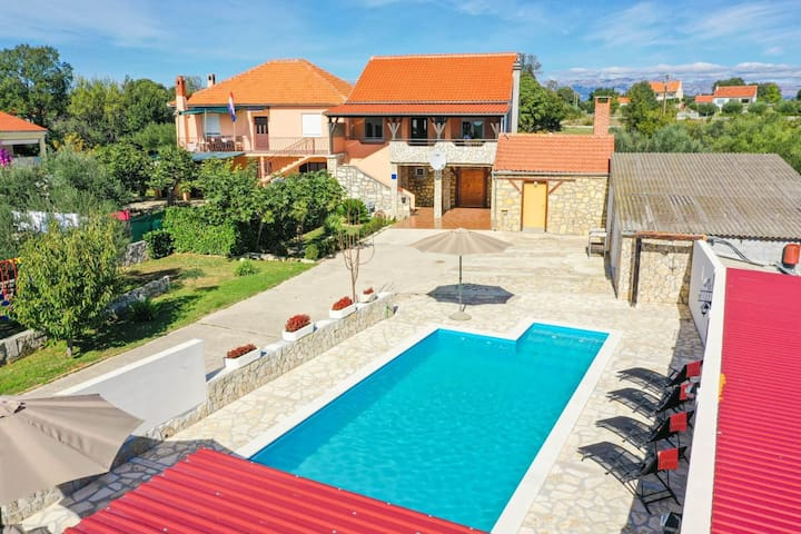 Charming Dalmatian villa with private pool and covered terrace,nice tavern, BBQ