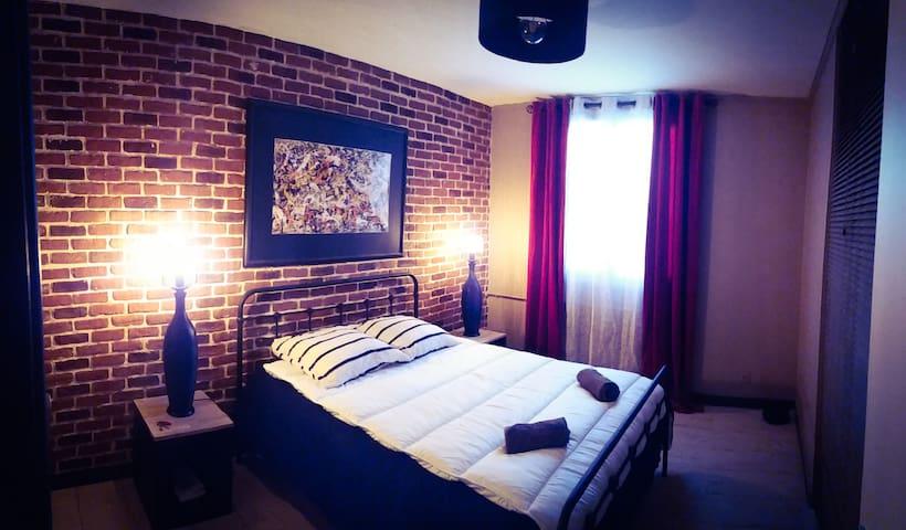 Première chambre avec lit double et matelas ergonomique.