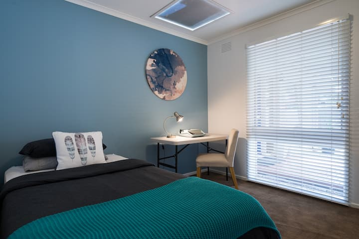 Frankston's Finest Single room - stylish & comfy