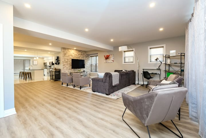 Brand New Mansion- Upstairs 5 Bedrooms + Loft, DT