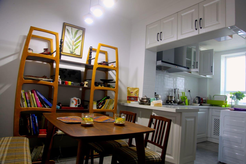 餐厅和开放式厨房,虽不大但很舒适,方便做早餐和各种简餐。餐桌也可以做为书桌