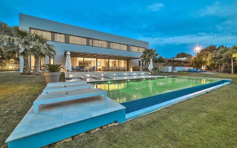 Luxury 6 bedrooms villa for rent in Santa Ponsa