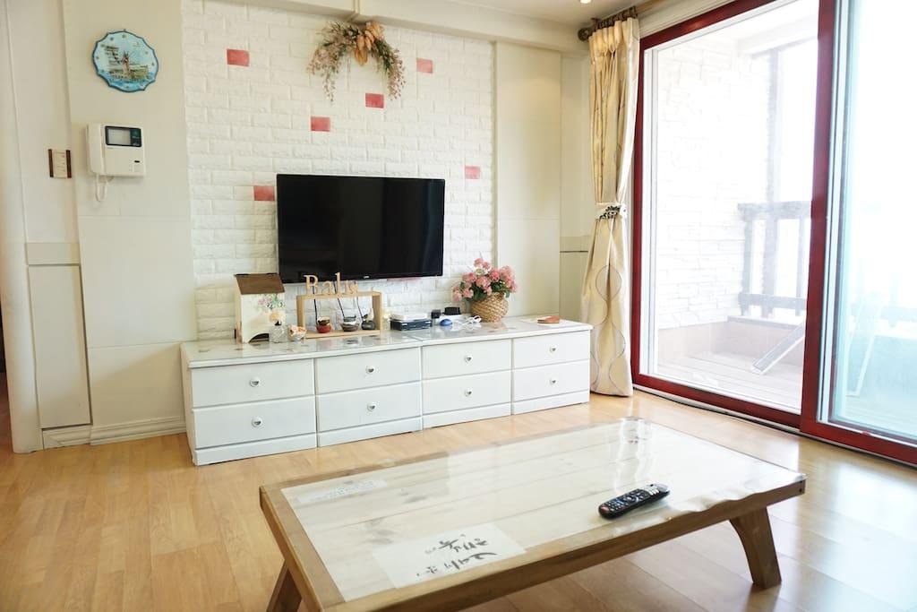 (거실) 화이트와 프로방스풍으로 꾸민 아기자기한 거실입니다. 심심할 겨를이 없도록 케이블 TV가 준비되어 있습니다. 또한 거실 및 창 밖으로 보이는 발코니에서 아름다운 바다 풍경을 감상하실 수 있습니다.