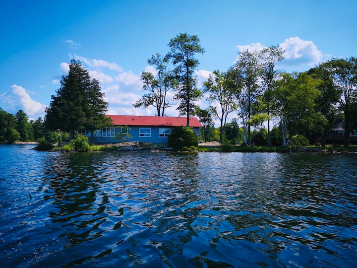 New Panoramic waterfront cottage on Stoney Lake
