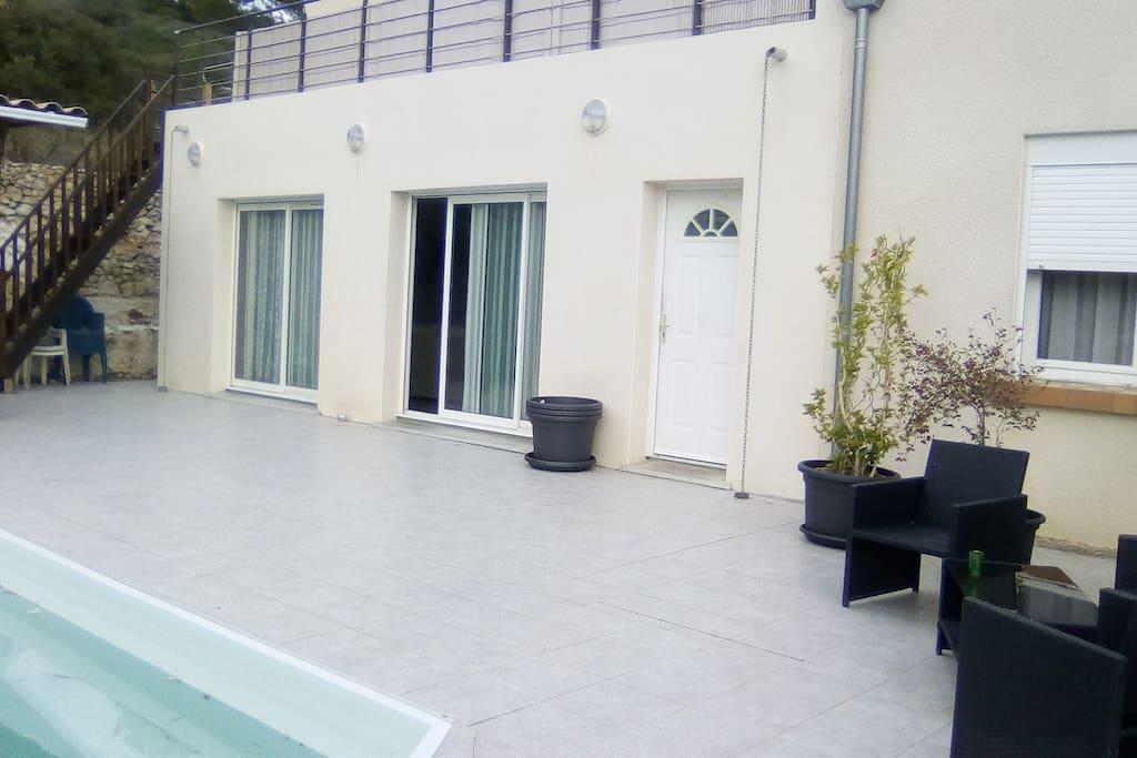 façade maison avec escalier pour les hôtes