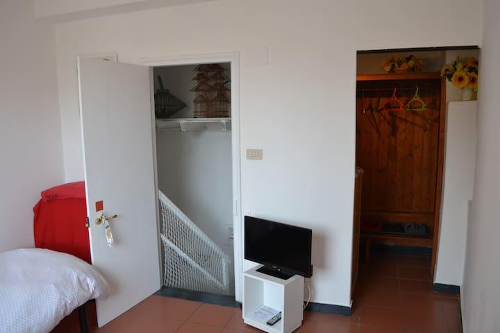 Camera letto singolo accessibile con scale