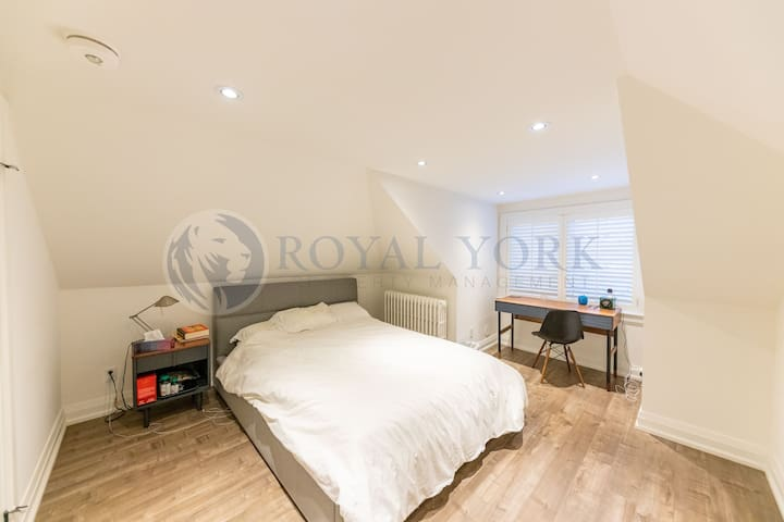 Modern, beautiful and clean room in The Junction