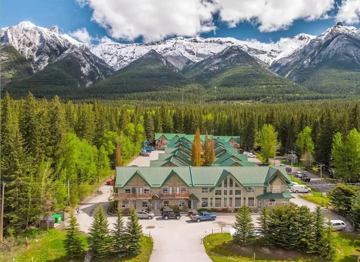 Banff Wood Lodge /2 beds/1.5 bath/max 6 guests