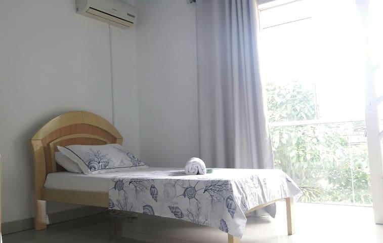 Bem arejado com muito espaço e iluminação natural, além do ar split e ventilador de teto. É individual mas tenho mais  duas camas que ficam a disposição.