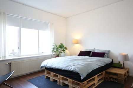 Styled App for 4 pers with Canal and church view! - Haarlem - Apartment