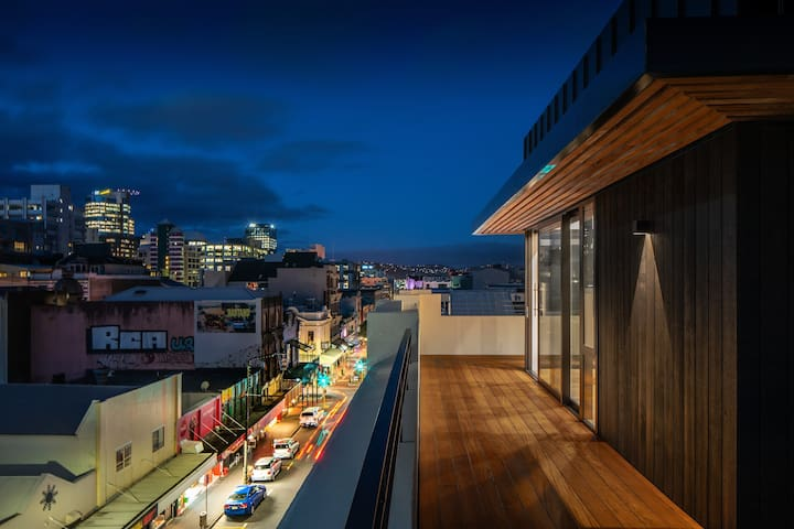 5★ Cuba Penthouse is a stunnning 3 bedroom top floor penthouse apartment with a private, large wrap-around deck overlooking Wellington city.