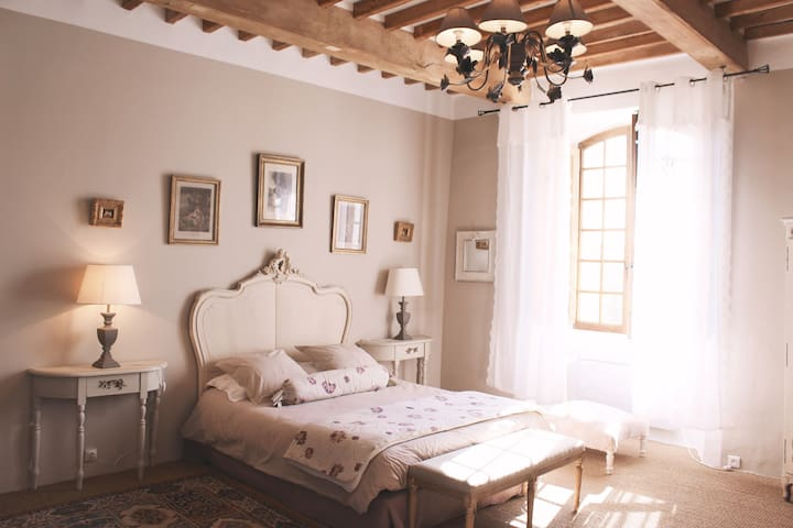 Castle bedroom close to Moustiers - Roumoules - 家庭式旅館