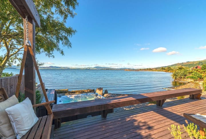 Lakefront Luxury - ExpansiveViews, Spa Pool & Wifi