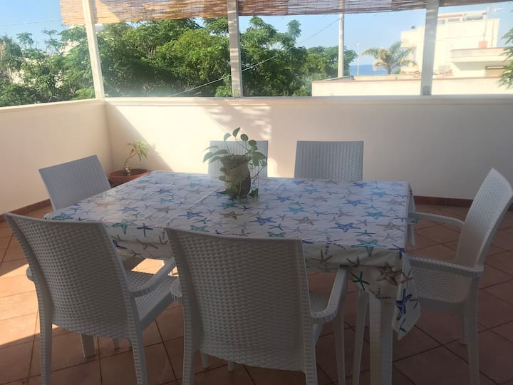 Holiday home with ample terrace 100 m from the sea