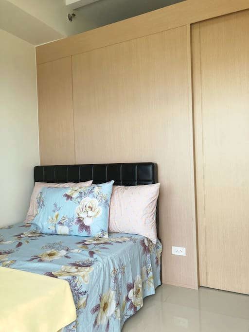 Private Bedroom (1 double bed, 1 double mattress pull-out)