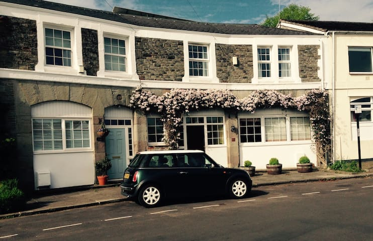 Clifton,small room in Coach house + parking.