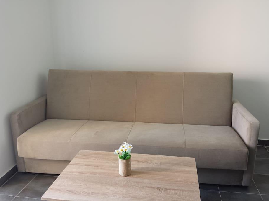 Die Couch kann ausgezogen werden