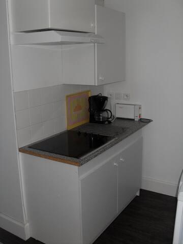 kitchenette intégrée avec tout l'équipement nécessaire pour 4 personnes