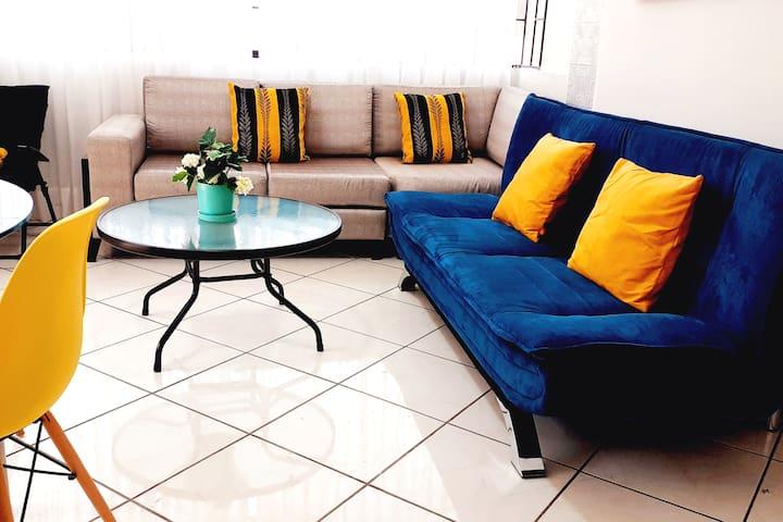 Sala con sofá, centro de mesa y cómodo sofá cama