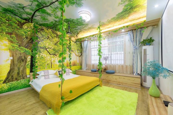 凤凰水巷凤兮2米大吊床房,免费借汉服苗服拍照含两份早餐,120寸投影