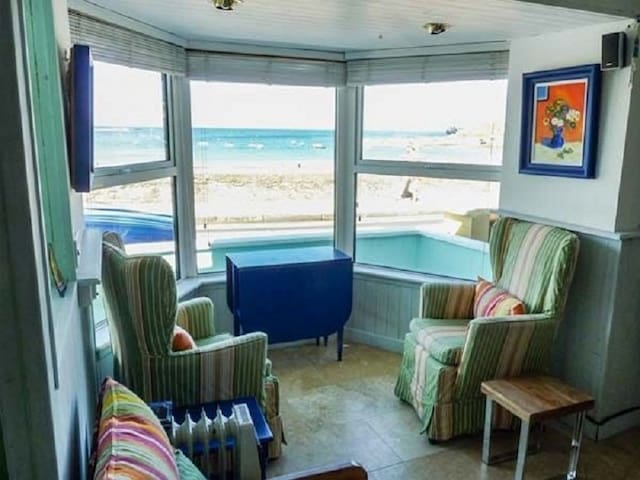 Sea Warrior- Beach front cottage with seaviews