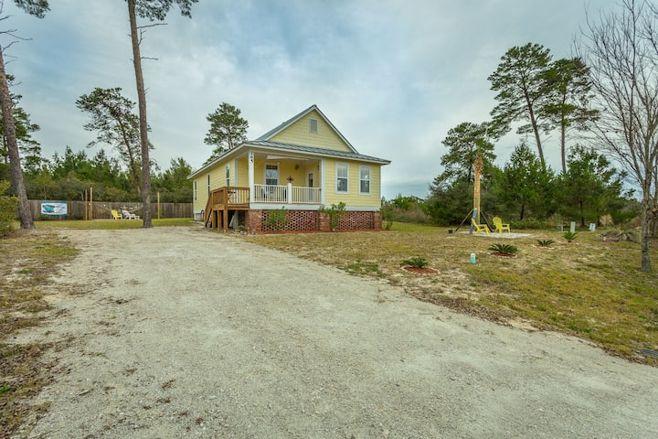 Barefoot Cottage, Just minutes from Carrabelle Beach and Boat Launch.
