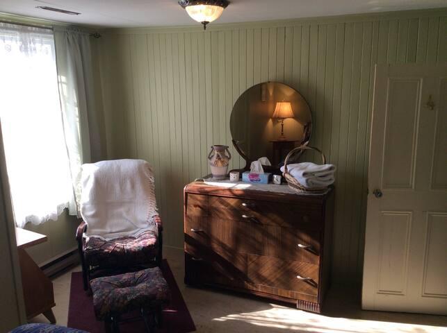 la montagne lit double et berceuse chambres d 39 h tes louer cap chat qu bec canada. Black Bedroom Furniture Sets. Home Design Ideas